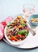 Teriyaki-Rindfleisch mit asiatischen Nudeln und Gemüse