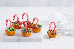 Lolly Pots mit Süssigkeiten und Zuckerstangen (weihnachtlich)