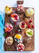 10 verschiedene Trifles auf Holzbrett