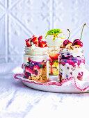 Trifles mit Sommerfrüchten im Glas