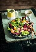 Geräucherter Rote-Bete-Salat mit gegrilltem Rindfleisch