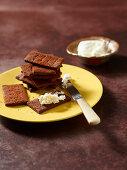 Cracker mit Kakao, Räucherpaprika und Frischkäse