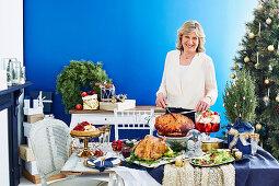 Üppiges Weihnachtsbuffet mit Truthahnbraten und glasiertem Schinkenbraten