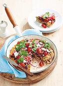 Chorizo-Paprika-Frittata mit Tomaten und roten Zwiebeln