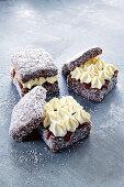 Lamingtons (Kuchenwürfel, Australien) mit Marmelade und Vanillecreme