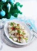 Kartoffelsalat mit Speck, Frühlingszwiebeln und Dill (Weihnachten)