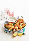Rissoles mit Schweinefleisch und Ananas serviert mit Senf-Joghurtdip