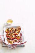 Überbackene Pfirsichhälften gefüllt mit Christmas Cake