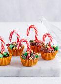Weihnachtliche Schokoladen Cups verziert mit Zuckerstange und Schokolinsen