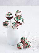 Weihnachtliche Cake Pops aus Christmas Pudding mit Zuckerstreuseln