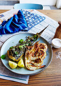 Gebratener Plattfisch mit Grill-Frühlingszwiebeln-Salsa und Zitrone