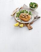 Panierter Scottona-Rindfleischburger mit Artischocken und Feldsalat (Italien)