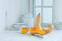 Butternusskürbis auf rustikaler Küchenanrichte