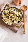 Fusilloni mit schwarzen Oliven, Artischocken und Burrata