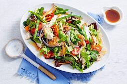 Bunter Salat mit grünen Bohnen und Hähnchen