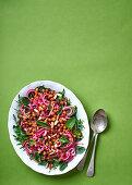Salat mit gerösteten Kichererbsen, Zwiebeln, Datteln und Minze