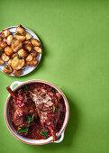 Würzige Lammkeulen mit Granatapfelkernen und Babykartoffeln