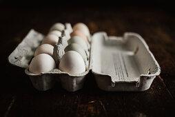 Hühnereier in Eierkarton