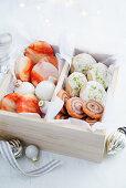 Orangenkekse, Orangen-Schokoladen-Schnecken und Limetten-Kokos-Shortbread in einer Geschenkbox