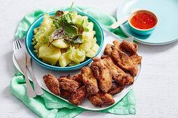 Hähnchenstreifen mit Kartoffelsalat und Chilisauce
