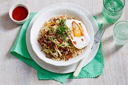 Bowl mit Reis, Rindfleisch, Kohl und Spiegelei