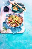 Sate-Rindfleisch mit Gemüse auf Bandnudeln (Asien)