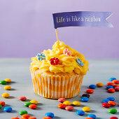 Konfetti-Cupcake mit Zuckerblumen