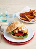 Hähnchenschnitzel-Burger mit Süßkartoffel-Wedges