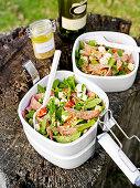 Salat mit Spinat, gebackenem Ricotta und Salami