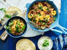 Indisches Garnelencurry mit Reis und Pappadams