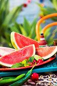 Wassermelonenspalten, Limetten und Chilischoten (Mexiko)