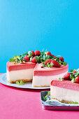 Frozen yogurt cake with strawberries