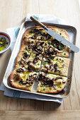 Pizza mit Steinpilzen und Knoblauch