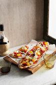 Pizzazunge mit frischen Tomaten
