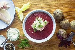 Rote-Bete-Suppe mit Räucherforelle und Sahnemeerrettich