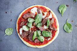 Pizza mit Lamm und Ziegenkäse