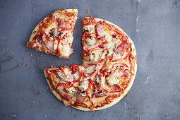 Pizza Surpreme mit Wurst, Paprika und Käse