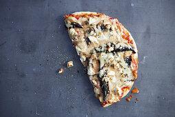 Halbe Pizza mit Pilzen und Feta