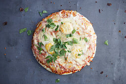 Australische Pizza mit Ei und Bacon