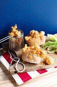Brötchen mit Popcorn-Garnelen und Sriracha-Mayonnaise