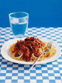 Spaghetti alla puttanesca (mit Tomaten, Kapern und Oliven)