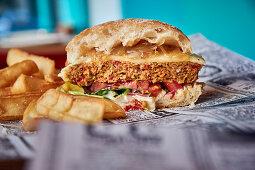 Veggie-Burger auf Zeitungspapier