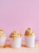 Honig-Frischkäse-Eis mit Vanille und Keksbröseln