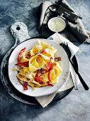 Pappardelle alla carbonara (Nudeln mit Ei und Speck, Italien)