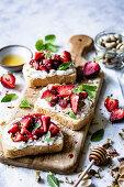 Toast mit Ricotta, Erdbeeren, Pistazien und Honig