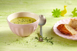 Zucchini soup with thyme and toasted bread for Easter