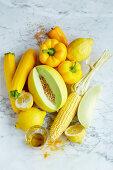 Stillleben mit gelben Lebensmitteln (Aufsicht)