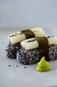Vegane Nirgiri-Sushi mit schwarzem Reis und süß-sauer eingelegten Lotuswurzeln