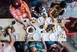 Menschen essen an gedecktem Tisch, Aufsicht