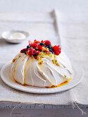 Marshmallow-Pavlova mit Beeren und Passionsfruchtsauce